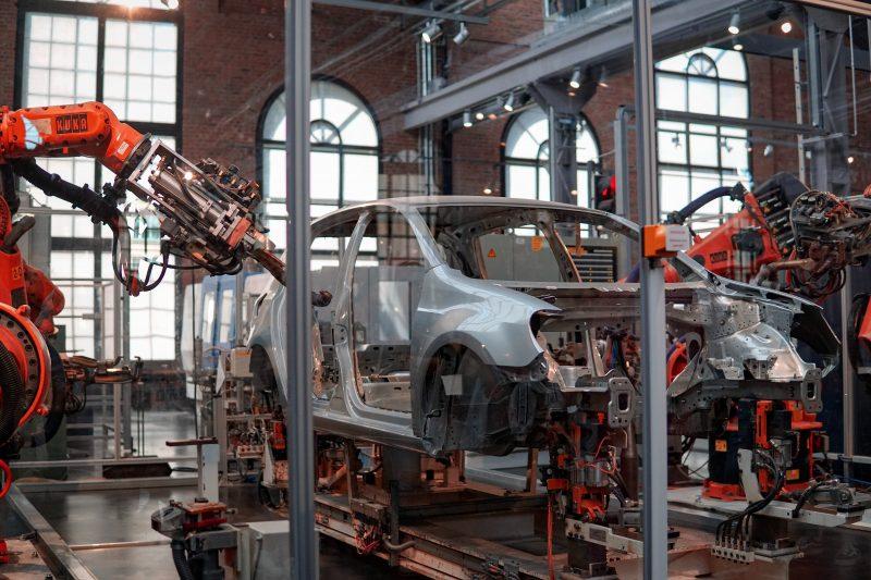 Istat, riparte la produzione industriale
