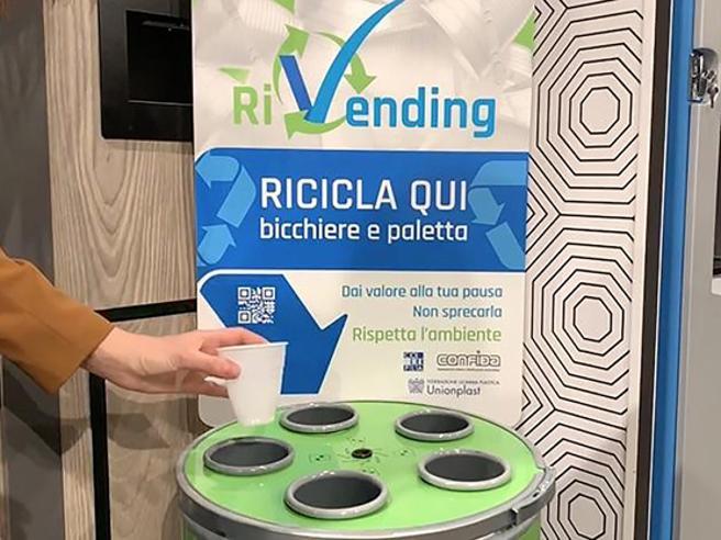 """Il primo bicchiere """"Cup2Cup"""" in plastica riciclata per il vending"""